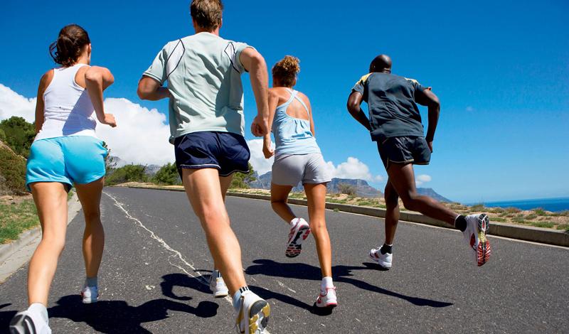 Углеводы Ешьте больше углеводов. Низкоуглеводные диеты, получившие большую популярность в последнее время, имеют определенные преимущества для некоторых людей. Однако, исследования показали, что снижение количества углеводов в рационе снижает производительность на длинных тренировках и способность работать при более высоких нагрузках. В отличие от жира и белка, углеводы используются исключительно для снабжения энергией организма. Чем больше вы работаете, тем больше углеводов вам нужно.