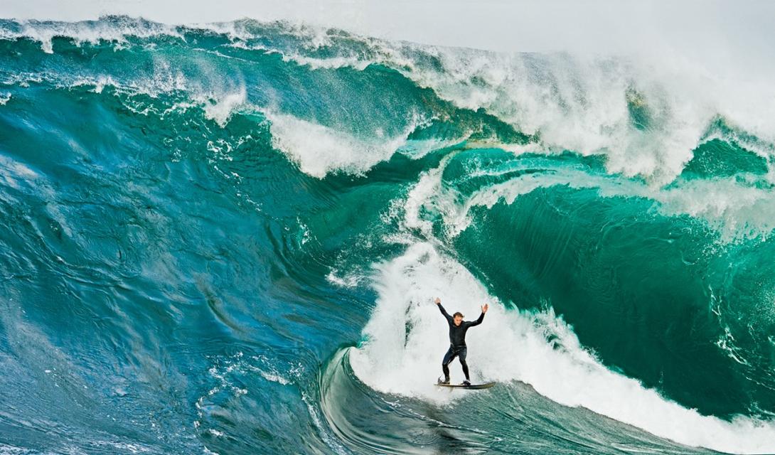 Нереальная волна В кадре — профессиональный серфер Мики Бреннан, оседлавший гигантскую 12-ти метровую волну. Такие приливы обычны на юго-восточном побережье Тасмании.