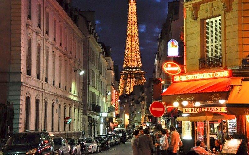 Париж, Франция Наполненный необычайно большим количеством бистро и кафе, Париж – это город, где вы можете убить уйму времени, пытаясь найти лучший кофе с молоком, изучая выбор сладостей в роскошных кондитерских и пытаясь постичь французскую культуру. Соло-путешественники собираются в заведениях Café de Flore и Deux Magots, которые часто служат местом встречи для случайных знакомых, решивших вместе осмотреть город. Следуют также отметить тот факт, что Париж является одним из самых безопасных европейских городов для женщин, путешествующих в одиночку.