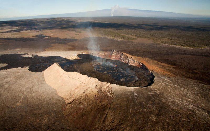 Оползень Хилина Не меньшую угрозу для всего населения Земли представляет собой вероятное разрушение южной стенки вулкана Килауэа, расположенного на Большом острове, Гавайи. Если это произойдет, 12000 кубических километров породы, образуя гигантский оползень, окрещенный Хилиной, рухнут в Тихий океан. Сформируетсямегацунами, которое за несколько часов доберется до Северной Америки и затопит все западное побережье. Учитывая, что оползень постоянно находится в движении и очень нестабилен, одного небольшого землетрясения будет достаточно, что запустить катастрофическую цепь событий.