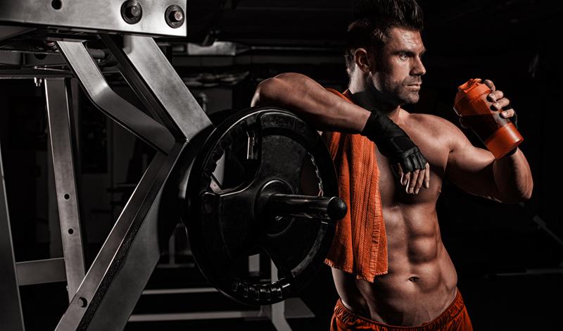 Еда Ладно, этот пункт должен быть понятен всем. Тренировка с весами разрушает наши мышечные волокна, провоцируя тело растить новые с большей скоростью. Для этого, само собой, требуется какой-то строительный материал. Если вы будете пренебрегать правильной едой после тренировки — никакого набора мышечной массы ждать не придется.