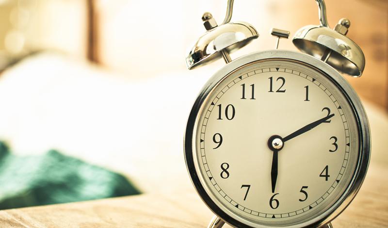 Записываем время Сложнее всего встать рано тем, кто поздно лег. Перестаньте полагаться только на свою силу воли: заведите журнал, в который будете записывать время сна. Недели должно хватить вам, чтобы понять, как много времени тратится впустую. Затем, вы начнете подсознательно корректировать свое поведение. Уйдут в прошлое долгие часы, бессмысленно проведенные за мерцающим экраном лэптопа и вы, в конце концов, научитесь засыпать рано.