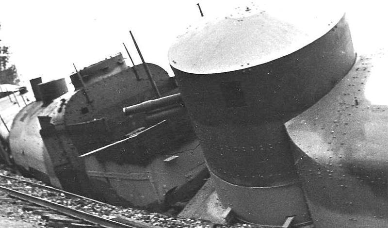 Еще один снимок подорванного бронепоезда. Здесь хорошо видно практически не пострадавшие башенные пушки состава — вся проблема только в разрушенных путях.