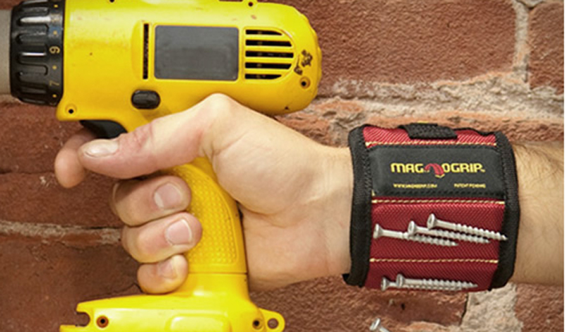 Магнитный браслет Потерянные винтики и другие мелкие детали— постоянная проблема почти любого ремонта. Решением вполне может стать вот этот простой, но очень полезный магнитный браслет. Легкий, не стесняющий движений и экономящий целую кучу времени и нервов.