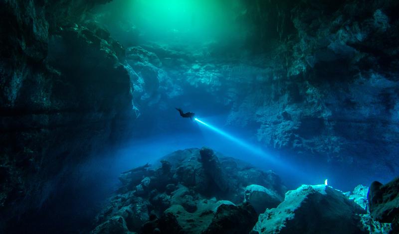 Кейвдайвинг Кейвдайвинг, изначально, не был спортивной дисциплиной. Исследователям приходилось погружаться в заполненные водой пещеры, чтобы добыть необходимую информацию. Энтузиасты-дайверы спускаются в подводный замкнутый мир просто так, из любви к искусству. Малейшая ошибка может стоить ныряльщику гибели. Положение усугубляет царящая под землей (и под водой одновременно) темнота — поломка фонаря равносильна смертельному приговору. По всему миру за год гибнет более 700 дайверов.