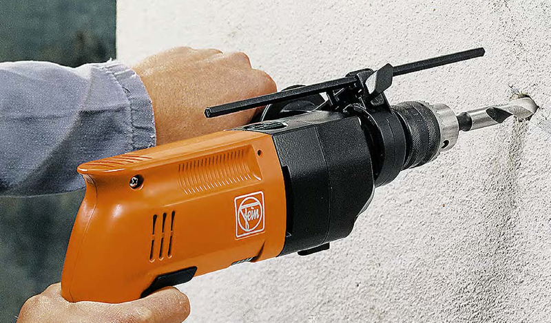 Дрель Дрель — прибор в хозяйстве обязательный. Хороший инструмент способен справиться с любыми (в пределах разумного) поверхностями, от гипсокартона до кирпича. Остановитесь на ударной дрели с аккумулятором. Такой прибор позволит решить все бытовые задачи.