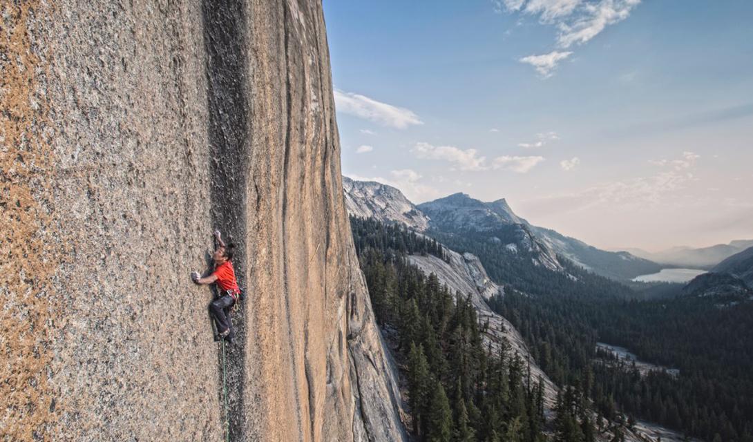 Страх высоты Коди Татл запечатлен во время атаки на самый крутой склон гранитной твердыни Medlicott Dome.