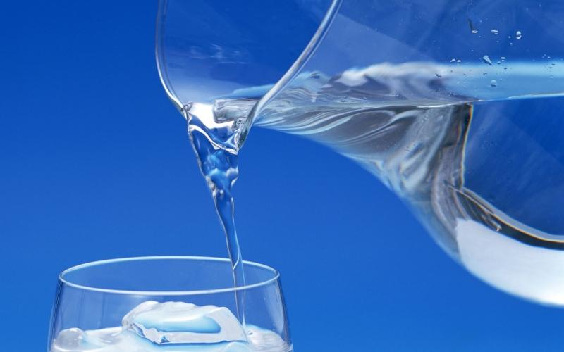 Добавь воды Самодельный спортивный напиток почти готов - осталось добавить воды, чтобы было чем восполнить потерянную за время тренировки влагу. Налей в стакан 400 мл холодной кипяченой воды.