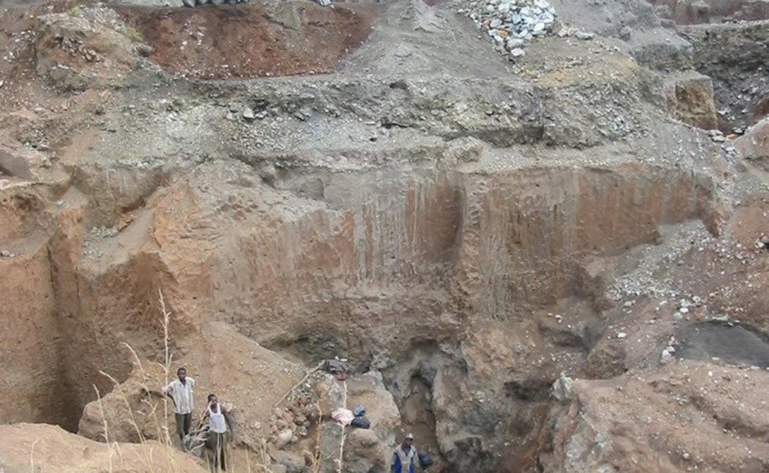 Шинколобве Демократическая Республика Конго Около 15 000 человек продолжает жить в Шиколобве, городе, фактически служившим придатком местному урановому руднику. Официально опасную шахту закрыли еще в 2004-ом году — и теперь большая часть населения Шиколобве вынуждена работать на незаконной добыче руды, которая ведется здесь несмотря ни на какие постановления.