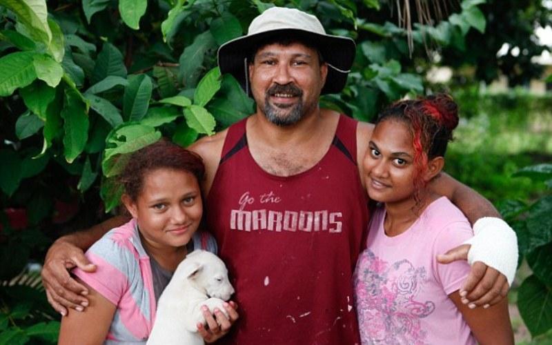 Как выиграть бой с крокодилом В 2011 году Эдди Сигай, 37-летний уроженец Австралии, стал знаменитостью, победив трехметрового крокодила выдавив ему глаза. Господин Сигай, получивший прозвище «Кроки Бальбоа», подвергся нападению речного монстра, когда купался вместе со своими дочерьми. Крокодил внезапно схватил его за руку и попытался затянуть под воду. Позже репортерам Эдди говорил, что тогда сработал его отцовский инстинкт – он не мог так просто сдаться и оставить дочерей в опасности. «Все, что я могу вспомнить, это как я схватил крокодила и бил его, пытаясь добраться до его глаз»,–заявил Сигай. Он отделался лишь несколькими порезами на руках и спине. Австралийский эксперт по выживанию в диких условиях Боб Купер назвал метод Сигая рациональным: «Если крокодил атаковал вас, попытайтесь добраться до его глаз – самой уязвимой точке на его теле. Это единственный возможный способ от них отбиться».