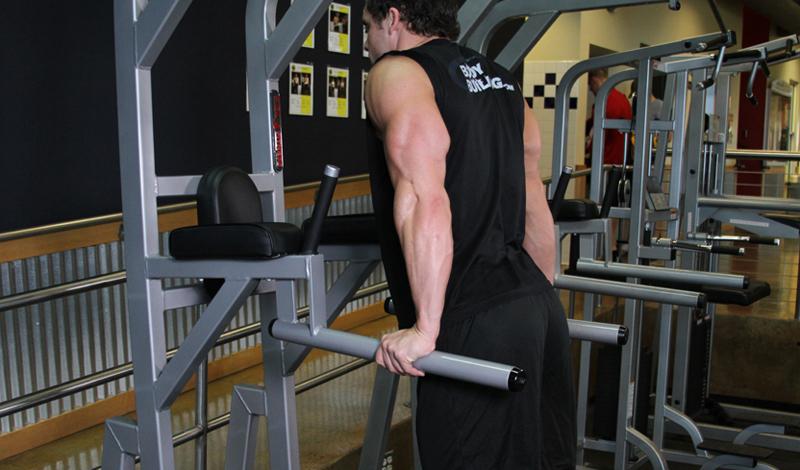 Отжиматься на брусьях В список обязательных мужских фитнес-умений вошли и классические отжимания на брусьях. Это упражнение относится к разряду базовых — можно даже сказать, обязательных. Брусья способны справиться не только со стагнацией в развитии грудных мышц и плечей, но и побороть вечную офисную сутулость, от которой страдают многие парни. Не нужно уделять упражнению уж слишком много времени. Отжимания на брусьях можно использовать в качестве последнего этапа разминки — стандартные три подхода по 15-25 раз в каждом приведут мышцы в тонус.