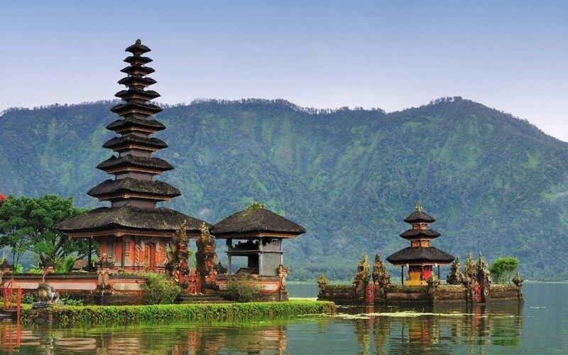 Бали, Индонезия Бали – основное направление для соло-путешественников со всего мира и дело тут не только в красивейших пляжах, древних загадочных руинах, спа-салонах, уютных кафе и знаменитых органических рынках. Именно дружелюбие местных жителей позволяет почувствовать себя как дома. Если вы собираетесь посетить Бали в одиночку, лучшим вариантом для вас будет остановитьcя в Семейном гостевом доме в местечке Убуд. Это популярное место встреч у постоянных и новых посетителей, где можно пообщаться и обменяться опытом с другими путешественниками.