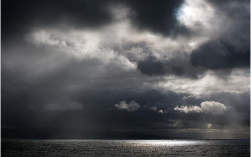 Цунами из Северного моря Может показаться, что вероятность возникновения разрушительного цунами в Северном море смехотворно мала, но глобальное изменение климата и появление подводного оползня в этом регионе, заставляют всерьез задуматься над таким вариантом событий. К тому же, уже был подобный прецедент. Ученые выдвинули гипотезу, что около 6000 лет назад потепление климата и быстрое таяние льдов вызвали резкое повышение уровня моря. Это привело кдестабилизации подводных ледниковых отложений на краю норвежского континентального шельфа и стало причинойобразования 300-километрового оползня. Волны цунами небывалой высоты накрыли Шетландские острова, побережье Норвегии и северное и западное побережье Шотландии. Если из-за потепления климата начнут таять ледовые щиты Гренландии и Западной Антарктики, эта история вновь повторится, и тогда приблизительно на 3 метра под воду уйдут прибрежные районы Шотландии и Норвегии, и возможно даже Лондон.