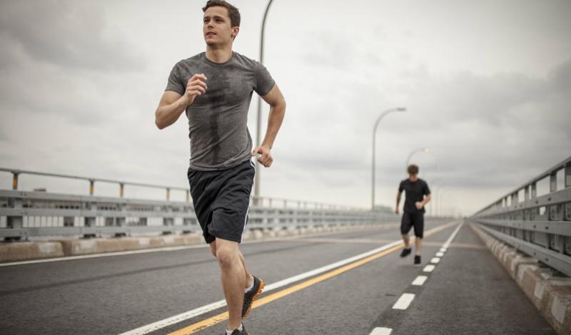 Долгое кардио Длинные кардиотренировки могут, на самом деле, принести больше вреда, чем пользы. Организм видит любое упражнение, как стресс. Стресс, в свою очередь, вызывает выброс гормона кортизола, который разрушает энергетические запасы тела. Кроме того, длительная сессия по выработке кортизола доводит, в конечном итоге, до резистентности к инсулину, снижению плотности костной ткани, потере мышечной массы и увеличению веса.