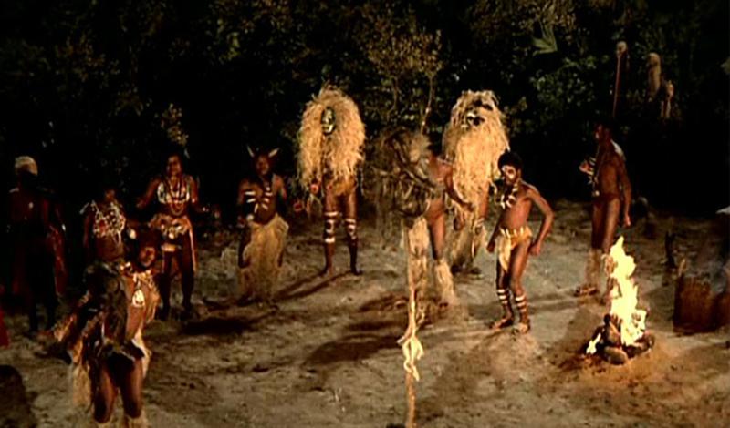 Где будут танцы Церемонии вуду могут проводиться в любом помещении, главное, чтобы там был установлен столб-митан, символизирующий дорогу, по которой духи спускаются в наш мир. Несмотря на то что ритуалы вуду разнятся в зависимости от того, к какому духу хочет обратиться колдун, общим остается лишь одно — любые взаимоотношения с лоа требуют соблюдения определенных правил. В первую очередь, необходимо начертить на земле символ вызываемого лоа. Под ритмичную пульсацию барабанов колдун танцем открывает магическую церемонию — сантерию. Постепенно к экстатическому действу присоединяются остальные участники церемонии.Когда наступает определенный момент, колдун берет заранее приготовленного жертвенного петуха и обезглавливает его в качестве приношения духам. Однако даже это не гарантирует, что лоа соизволят явиться на церемонию — все зависит от личной магической силы бокора, от его опыта и степени посвящения.
