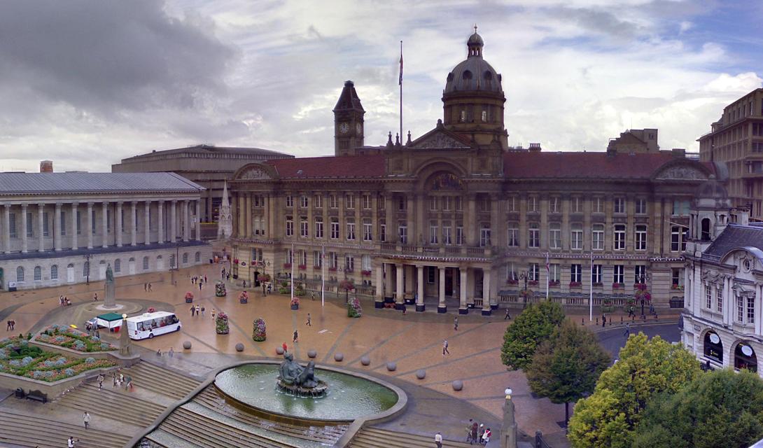 Бирмингем, Великобритания Солнечных часов за год: 1364 Два миллиона человек проживают в Бирмингеме, втором по величине английском городе. Местный климат тут средний по стране — мягкий и влажный, резких переходов практически не бывает. Как не бывает здесь и яркого солнечного света, к чему местные жители уже давно привыкли.