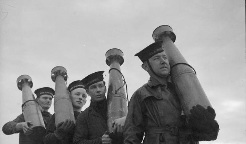 Воздушное минное поле Великобритания Воздушное минное поле было призвано защищать корабли Королевского флота от налетов вражеских бомбардировщиков. Снаряды запускались вертикально вверх, на пике открывался парашют: по замыслу изощренного военного гения, серия таких мин создавала непреодолимое препятствие для налетчиков. По факту же, вражеские пилоты прекрасно видели здоровенные, парящие в воздухе снаряды и легко от них уходили. А те, повинуясь беспощадной гравитации, опускались обратно, заставляя британских моряков лишний раз поминать имя божье всуе.