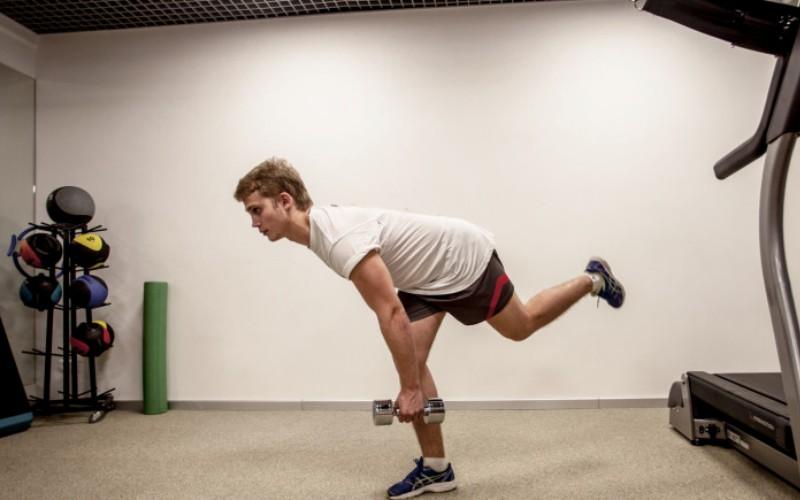 Румынская тяга Тут тебе потребуется хорошее чувство равновесия, ведь этот вид румынской тяги выполняется на одной ноге. Возьми гантель в правую руку и, держа спину прямой, наклоняйся вперед, вместе с тем отводя левую ногу назад. Выпрямись и верни ноги в исходное положение. Закончив 10 повторов, поменяй руки и ноги соответственно, и продолжай выполнение. На каждую сторону придется по 2 подхода.