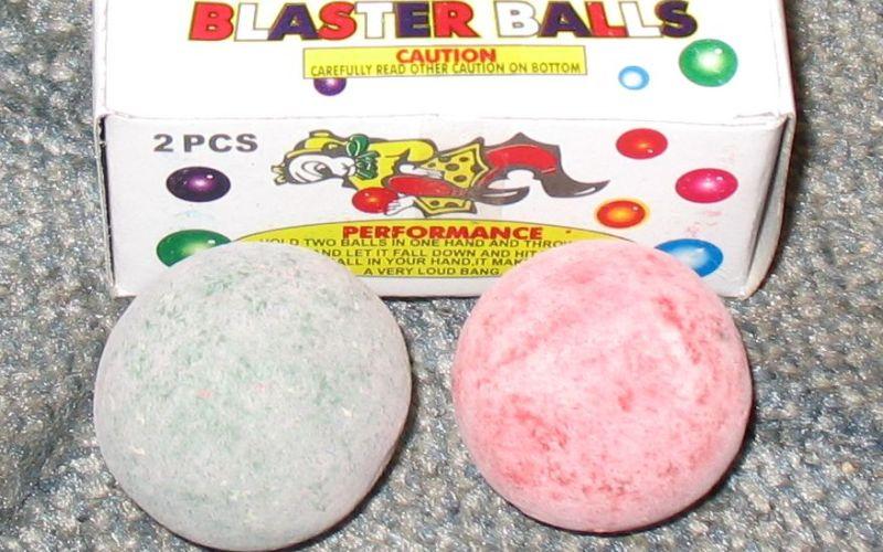 Super Blast Balls Просто два шарика. Столкните их вместе, и вы услышите довольно громкий хлопок и увидите несколько искр. Вот и вся игрушка. Удивительно, что никто не догадался о том, что это может стать настоящей угрозой в детских руках, но после нескольких травм и пожаров комиссия по безопасности потребительских товаров, наконец, прозрела и запретила «взрывные шары».