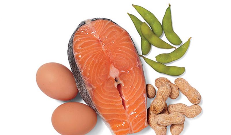 Откуда брать белок Многие продукты, в том числе орехи и бобы, могут обеспечить хорошую дозу белка. Но лучшие источники — молочные продукты, яйца, мясо и рыба. Животный белок содержит правильные пропорции незаменимых аминокислот, которые ваше тело не может синтезировать само по себе. Можно, конечно, получать полноценную дозу белка, грамотно комбинируя продукты — бобовые, орехи и зерновые культуры. В этом случае, вы должны потреблять на 25% больше растительного белка. Кроме того, фасоль и другие бобовые могут похвастать высоким содержанием углеводов, что делает сброс веса занятием проблематичным.