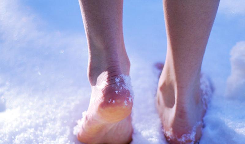 Стопа воина Вы, наверняка, неоднократно видели мотивирующие к закаливанию ролики, где главные герои, не моргнув глазом, разгуливают по свежему снегу. На самом деле, можно обойтись и без него. Просто наберите на дно ванны воды и становитесь в нее, переступая с ноги на ногу.