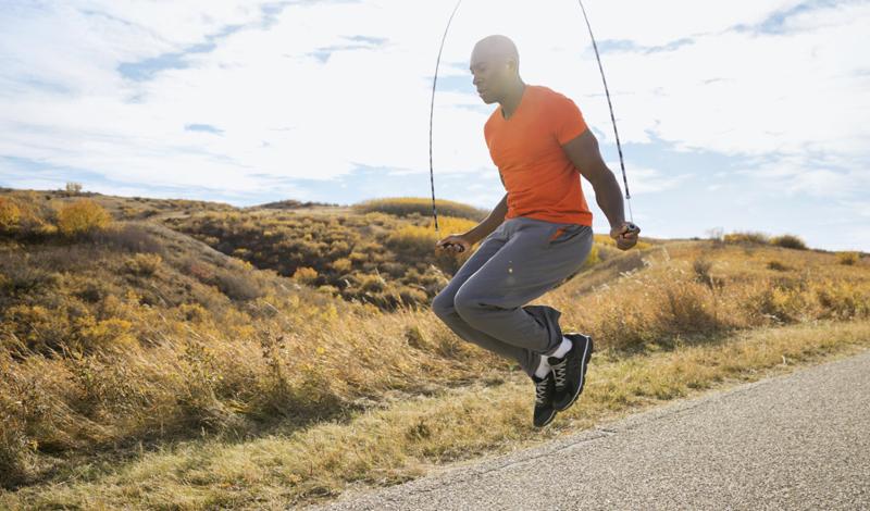 Прыжки со скакалкой Старые школьные тренировки не всегда были бесполезны: скакалка уже давно вернулась в перечень самых полезных — и самых простых — фитнес инструментов мира. Ничего особенного делать не нужно: начинайте прыгать каждый день, постепенно увеличивая количество затраченных на упражнение минут и повышая скорость.