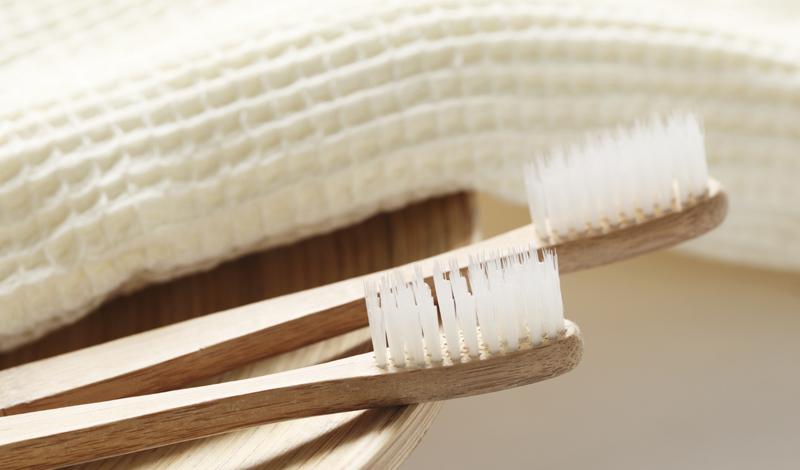 Гигиена в душе Давайте признаем: чистить зубы в душе довольно удобно. Создается ощущение, что вы делаете несколько дел одновременно — а какая экономия времени! Это не совсем так. Времени уходит больше. Выходить из теплого душа и приниматься за дела ленивый разум не хочет, а чистка зубов становится вполне весомым предлогом, чтобы задержаться в ванной. Вода, между тем, льется почем зря.