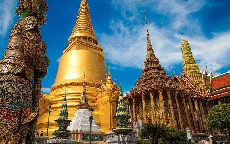Бангкок, Таиланд Часто говорят, что встретить настоящего тайца в некоторых районах Бангкока – это уже форменное везение. К счастью, в этом городе еще можно наткнуться на островки самобытной культуры, которая привлекает даже прожженных путешественников. Если вы посещаете Бангкок без какой-либо определенной цели, загляните на знаменитую Каосан роад – чистый концентрат из кафе, хостелов и баров, где собираются точно такие же бэкпекеры.