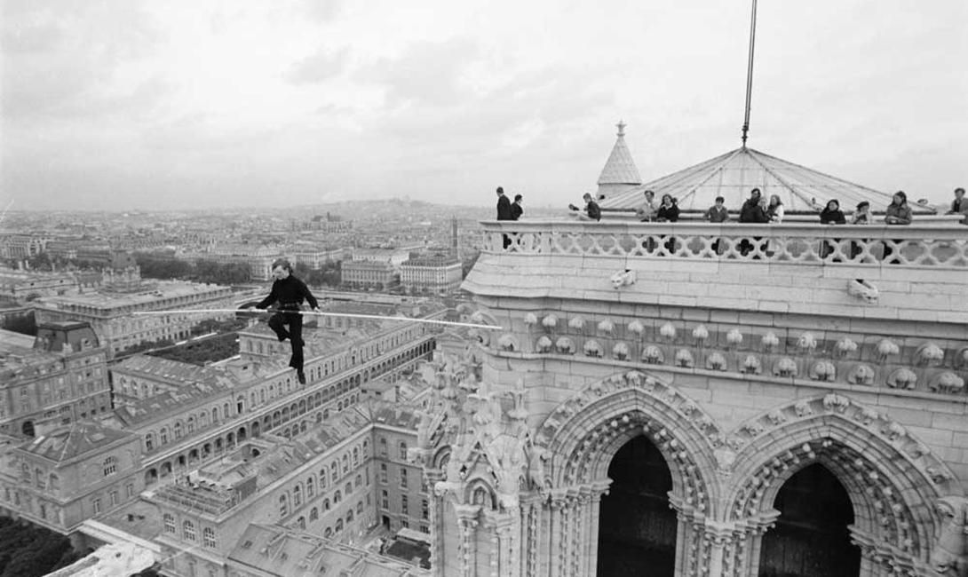 Первый крупный перформанс Пети осуществил в родном Париже. Его прогулка по канату, натянутому над Нотр-Дам де Пари, привлекла внимание не только зевак, но и полиции. По счастью, стражи порядка были настолько впечатлены трюком, что отпустили Филиппа с миром.
