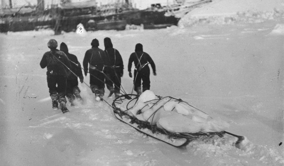 Доставка льда на борт — так команда добывала свежую питьевую воду.