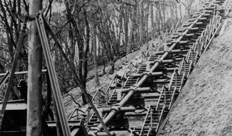 Фау-3 Германия Фау-3 относилось к так называемому «Оружию возмездия», которым Третий Рейх намеревался покарать весь цивилизованный мир. По счастью, это скорострельное орудие было разработано уже в самом конце войны. Несколько доработок могли бы и в самом деле превратить Фау-3 в настоящий карающий меч нацистов, но бомбардировки союзных военно-воздушных сил разрушили практически все пусковые шахты.