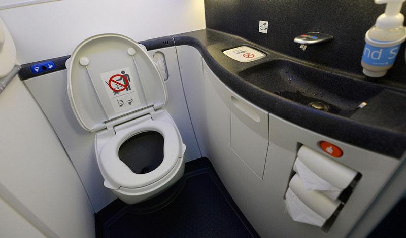 Кнопки в туалете Любое общественное место отличается повышенным содержанием опасных бактерий. Туалет самолета — как его ни очищай — всегда будет иметь возможность одарить вас кишечной инфекцией. Особенно грязны кнопки для слива воды, постарайтесь не касаться их руками.