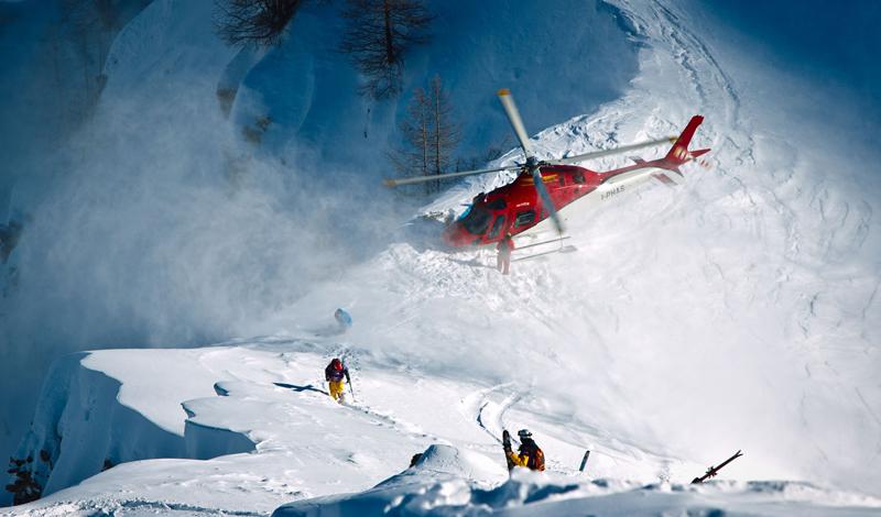 Хелиски Не только опасный, но еще и довольно дорогой спорт. Райдеры платят хорошие деньги, за поездку на вертолете к вершинам гор, склоны которых покрыты еще никем не тронутым снегом. Здесь нет трасс, спасателей и медслужбы: прыжок с вертолета на целину, который совершают многие любители хелиски, опасен уже сам по себе.
