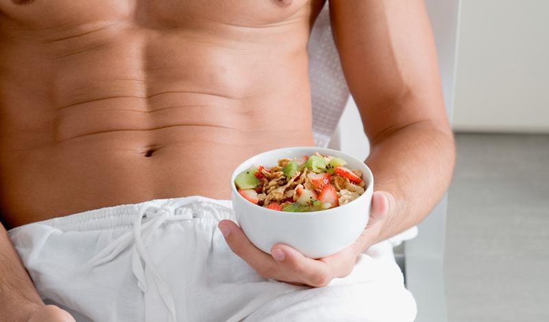Добавки Протеиновый коктейль — чуть ли не лучшее средство для всех, кто поддерживает концепцию здорового образа жизни. Сывороточный протеин является лучшим источником лейцина, аминокислоты, которая ведет себя как гормон роста. Добавьте в вечерний коктейль казеин — другой молочный белок, который усваивается телом медленнее, но обеспечивает более устойчивый источник аминокислот. Казеин поможет телу поддерживать положительный баланс белка в течение ночи — а значит, мышцы будут расти и во время сна.