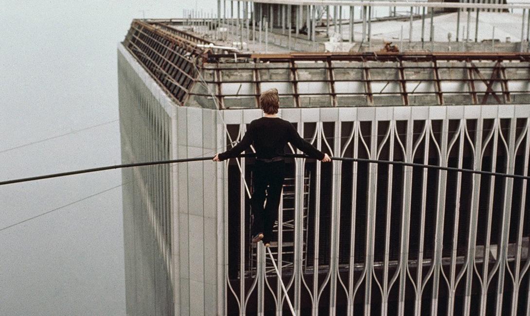В 7.15 утра, 7 августа 1974 года, Пети шагнул на канат. Высота в 450 метров могла напугать публику — но самому трюкачу она, казалось, не причиняла никаких неудобств.