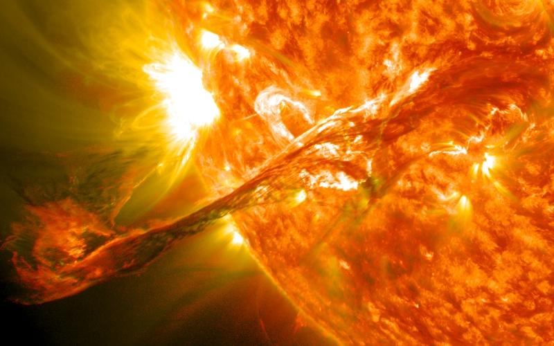 Внеземная угроза Самую большую опасностьдля современного мира представляет наша собственная звезда. Периодически возникающие вспышки на Солнце рождают облака из фотонов и частиц, чья высвобождаемая энергия сравнима с одновременным взрывом миллионов водородных бомб. Такие облака вторгаются в верхние слои земной атмосферы в течение 1-2 суток. Если солнечный шторм будет достаточно интенсивен, он сможет вывести из строя электрические системы как на орбите, в частности у спутников, так и на Земле, что вызовет отключение глобальных коммуникаций, интернета и системы глобального позиционирования. На планете воцарится хаос. К счастью, последний пик солнечной активности, который пришелся на 2014 год, не оказал существенного влияния на нашу жизнь. Нам остается только уповать, что также будет продолжаться и дальше.