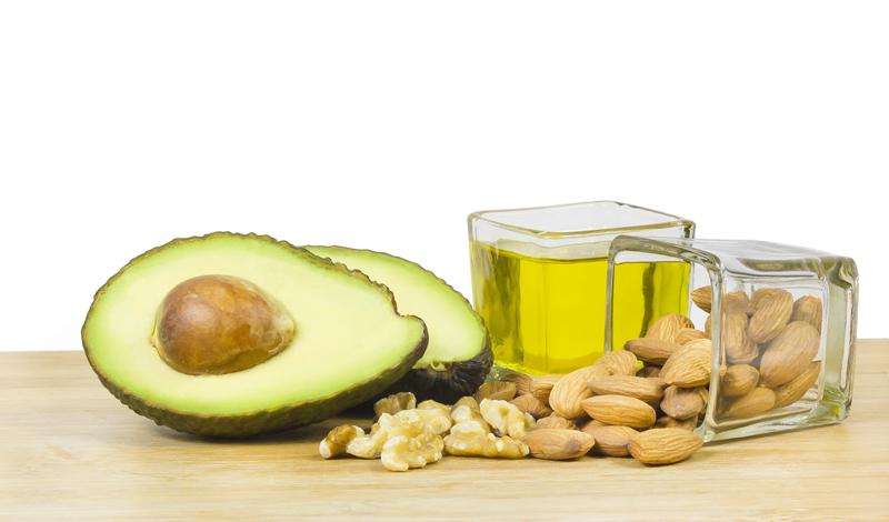 Низкокалорийная диета Большинство экспертов согласны с тем, что обезжиренные продукты не имеют ничего общего со здоровым питанием. Жир в такой пище заменяется большим количеством сахара — сами понимаете, пользы от него мало. Авокадо, оливковое масло и лосось станут отличным источником здоровых жиров, которые требуются организму.