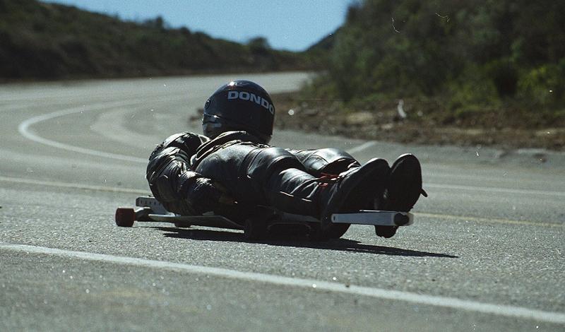 Стритлагинг Спорт придумали ленивые и совершенно безумные скейтеры Калифорнии: лежа на скейтах, они спускались по крутым трассам, набирая безумную скорость. Особый шик стритлагинга — выйти на оживленную, идущую резко вниз трассу и лавировать в потоке автомобилей до самого спуска. Всего в мире насчитывается только 1200 активных про-райдеров, число которых, как и следовало ожидать, неуклонно сокращается.