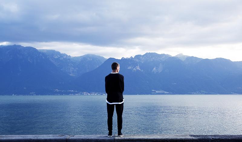 Отстранение от происходящего Овладеть этим навыком вполне может помочь обычная медитация. Страх обычно захлестывает разум паникой и уносит вас, не оставляя никакой возможности к рациональным мыслям. Вместо того, чтобы плыть по течению, попробуйте отстраниться от проблемы как можно дальше. Не думайте о страхе, когда он возникает. Наблюдайте за реакцией своего тела, будьте здесь и сейчас, а не блуждайте в туманных очертаниях возможного будущего.