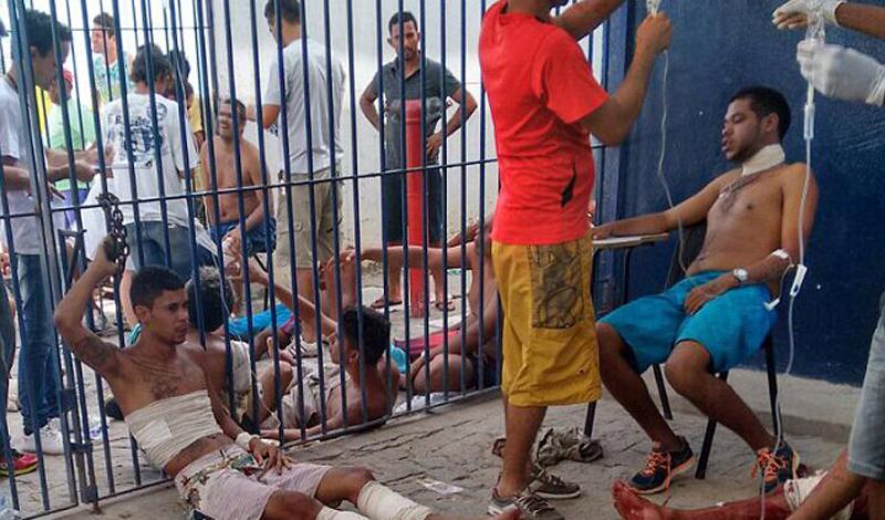 Тюрьма считается, да и является, самой плохо охраняемой во всей стране. Только за несколько прошедших суток волнений в тюремном комплексе Курадо погибил четверо охранников.
