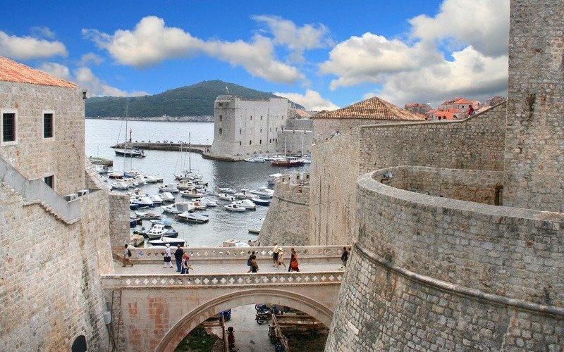 Дубровник, Хорватия Путешествовать в одиночку – сплошное удовольствие в Хорватии, стране, чья инфраструктура ориентирована на туристов, и которую лорд Байрон окрестил «Жемчужиной Адриатики». Снимите квартиру неподалеку от центра города, чтобы в качестве бонуса получить общую с другими жильцами прихожую, где вы можете познакомиться с местными жителями или найти себе товарищадля путешествия.