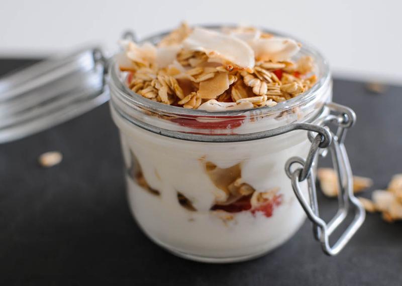 Ешьте йогурт на завтрак Те же живые культуры, которые помогают облегчить страдания пищеварительной среде, могут помочь предотвратить и простуду. Так, по крайней мере, говорит д-р Филлипс, который провел исчерпывающее исследование на эту тему. В результате выяснилось, что употребляющие пробиотики люди болеют гораздо реже тех, кто завтракает чем-то другим.