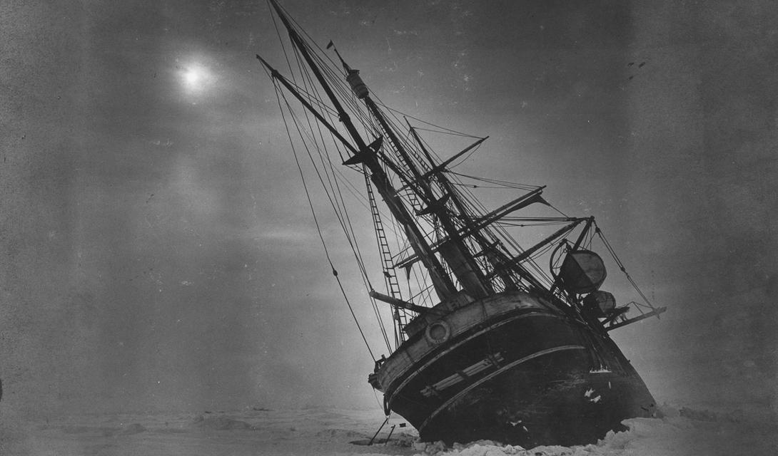 Здесь паковые льды, сжавшись, пытаются опрокинуть корабль.