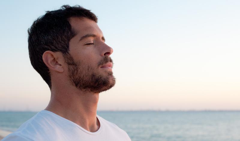 Дышите глубже Исследование, проведенное в институте Психологии и Здоровья, доказали, что глубокое дыхание имеет значительное влияние на общее состояние организма. Многие люди дышат поверхностно, что замедляет уровень метаболизма и не насыщает кровь кислородом должным образом. Заведите новую привычку: хотя бы раз в час делайте глубокий вздох, считайте до десяти и выдыхайте — это придаст организму нужный тонус.