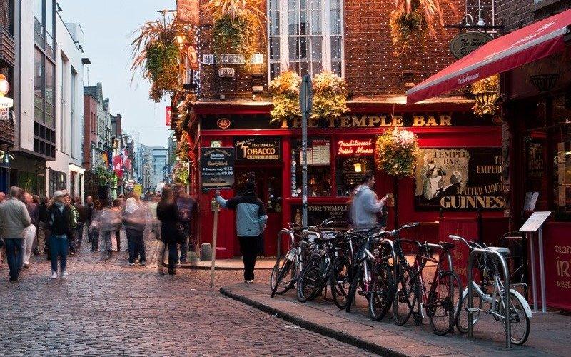 Дублин, Ирландия Ирландское гостеприимство славится своей теплотой и дружелюбием. В традиционных пабах, которые можно обнаружить даже в самых укромных уголках страны, можно подружиться с кем угодно под пинту Гиннесса. В Дублине также легко найти компаньонов для пеших экскурсий по местам славы великих писателей от Оскара Уайльда до Бернарда Шоу. Попробуйте остановиться в гостевом доме KilronanHouse, чей владелец, Терри Мастертон сделает все возможное, чтобы помочь вам выбрать маршрут, охватывающий главные достопримечательности, и поможет найти общий язык с другими постояльцами.