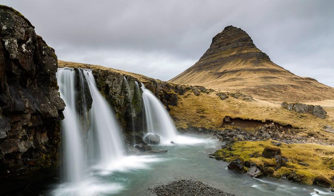 Снайфедльснес Исландия Зачем вообще нужны путешествия по миру, когда можно просто поехать в Исландию? Драматически прекрасный полуостров Снайфедльснес обладает всем необходимым набором красот — от черных галечных пляжей и скалистых утесов до огромного ледника.