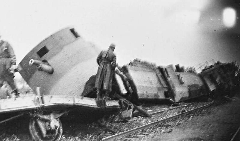 Польский бронепоезд, успешно атакованный Люфтваффе. Одно удачное попадание уничтожило весь состав.