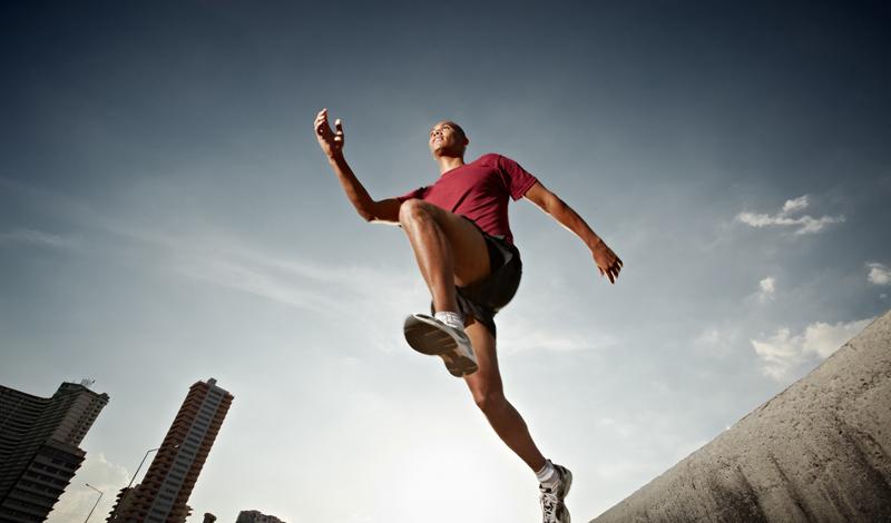 Контролируйте вес Этот совет пригодится тем, кто занимается бегом на полупрофессиональном уровне. Естественно, при постоянных тренировках вы и так будете терять вес. Но стоит начать контролировать процесс, чтобы точно понимать, в каком весе придется бежать очередной марафон. Логическая связь здесь предельно проста: чем меньше вы весите — тем легче бежать. Заведите журнал питания. Он поможет вам следить за пищевыми пристрастиями.