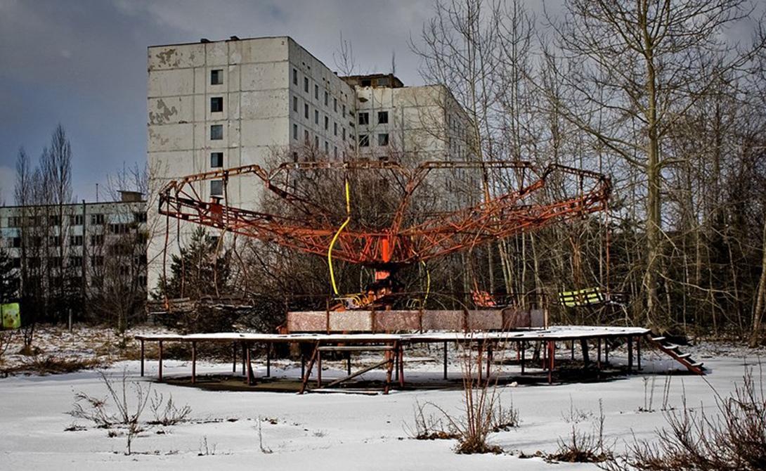 Чернобыль Украина Катастрофа на Чернобыльской АЭС превратила название городка в имя нарицательное. Спустя десятилетия после аварии, окрестности Чернобыля все еще сохраняют высокий радиационный фон — что делает удивительной информацию о все еще живущих здесь людях. Почти четыре сотни стариков решили вернуться в свои дома, находящиеся внутри запретной зоны. Кроме того, тысячи людей работают и на самом заводе, вынужденные проводить две вахтовые недели на близлежащей территории. Окрестные села, такие как Иваньковка, также не стоят покинутыми, хотя уровень радиации здесь в 30 раз превышает обычный.