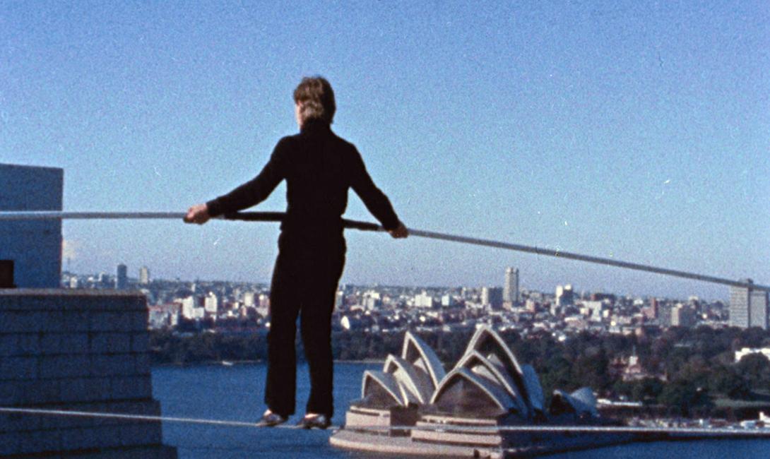 И еще одна знаменитая прогулка акробата: на этот раз, сценой стали пилоны моста Sydney Harbour Bridge: Пети желал видеть перед собой знаменитое здание Сиднейской оперы во время исполнения трюка.